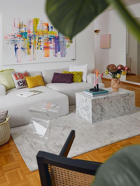 Nowoczesne wnętrza salonu z szarą sofą i żółtymi poduszkami