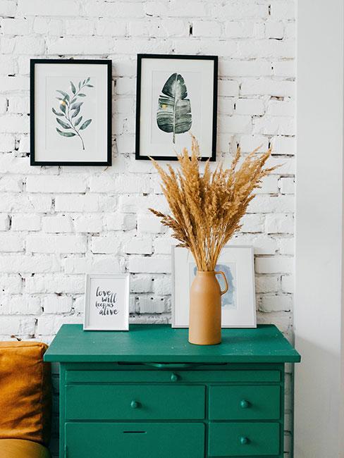 biała cegła w salonie przy zielonej komodzie