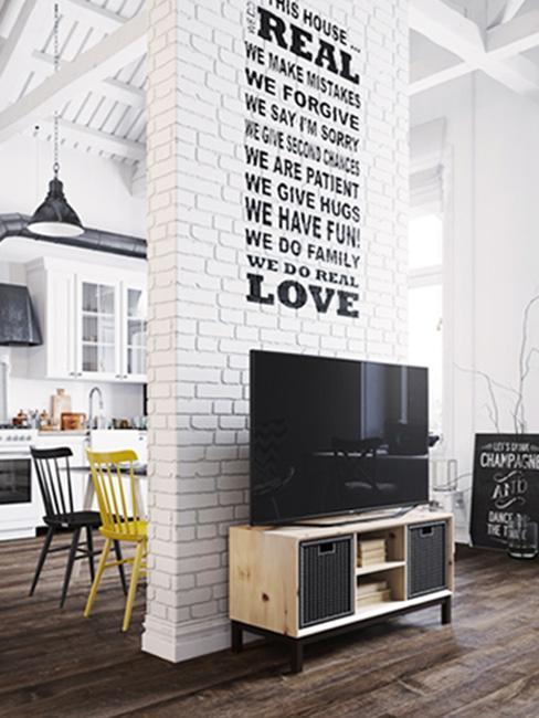 biała cegła w salonie na ścianie działowej w lofcie z napisami