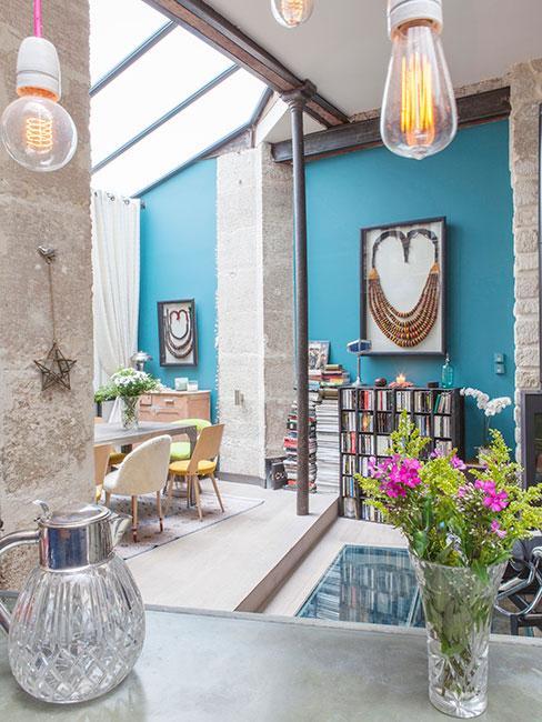 loft z niebieskimi ścianami i szarą cegłą w salonie