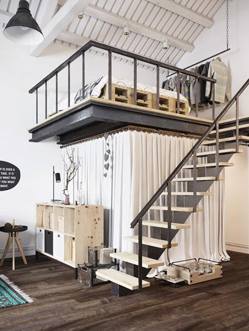 sypialnia na antresoli w sytlu loftowym