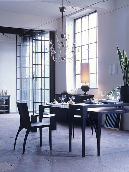 jadalnia z czarnym stolikiem i krzesłami w stylu loftowym