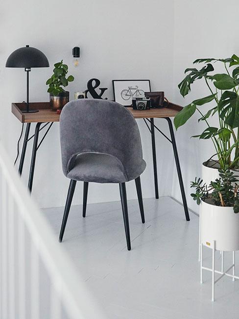 biurko na antresoli z szarym krzesłem z aksamitu w stylu loftowym