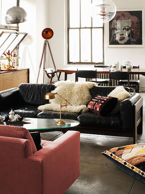 industrialny salon z czarną skórzaną sofą w stylu loftowym
