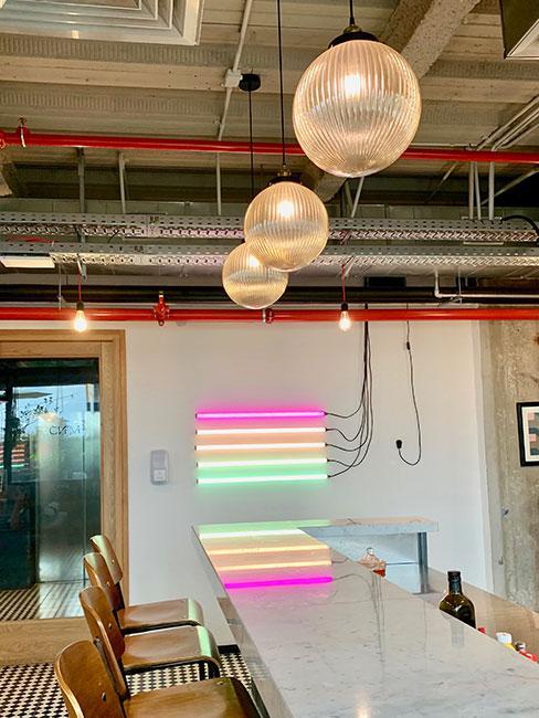 neony w jadalni w sytlu loftowym