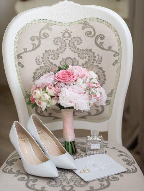 Krzesło, na nim bukiet ślubny i buty