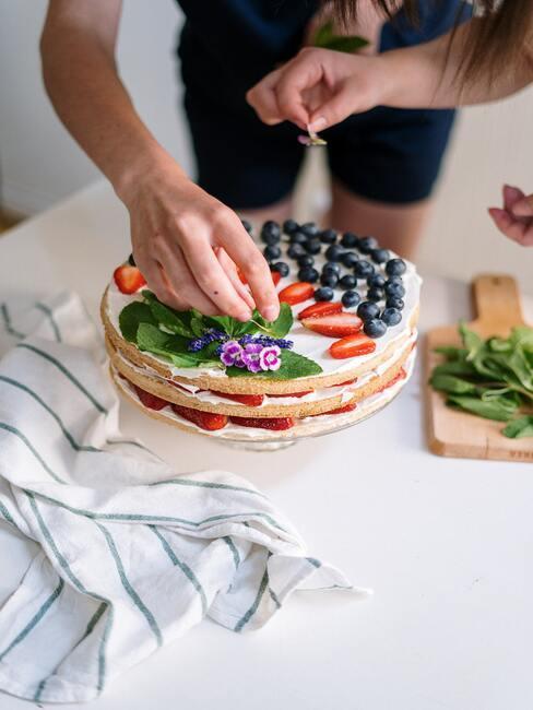 Kobieta dekorująca ciasto na dzień matki