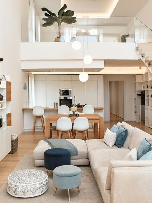 sufit podwieszany w wysokiej willi śródziemnomorskiej z beżową sofą