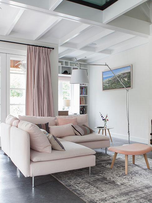jasny salon z jasnoróżową sofą z podwieszanym sufitem
