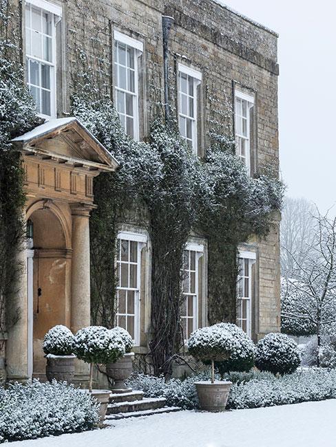 zimowy ogródek przed domem