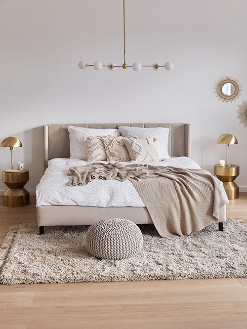 Beżowa sypialnia ze złotymi dekoracjami