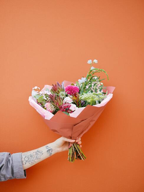 Kwiaty na pomarańczowym tle