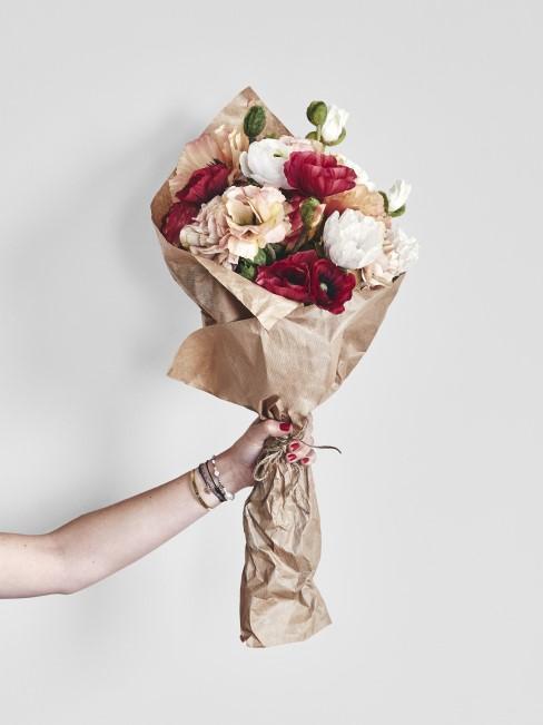 Kolorowy bukiet kwiatów w szarym papierze