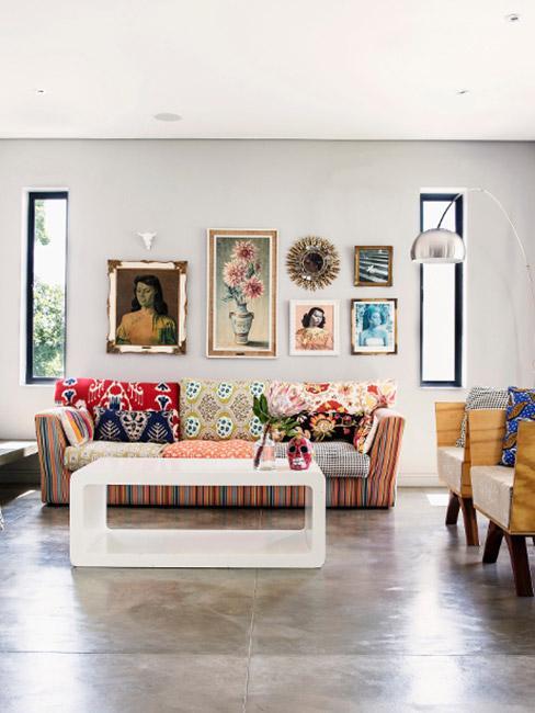 pomysł na ścianę w kolorowym salonie boho z galerią obrazów