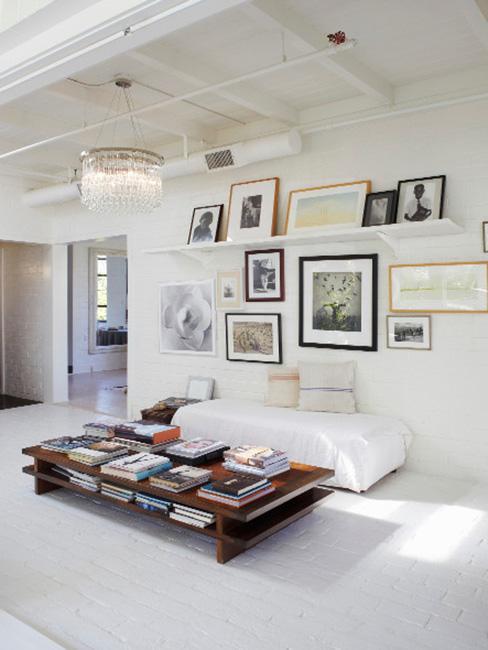 pomysł na ścianę w salonie z białą sofą i galerią obrazów