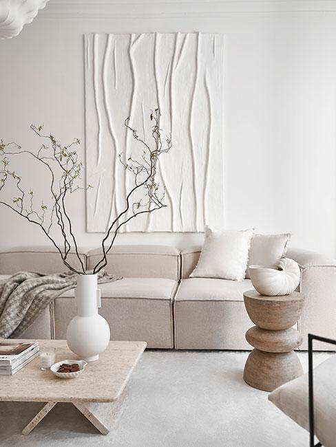 pomysł na ścianę w minimalistycznym salonie z białą sofą i jednym obrazem