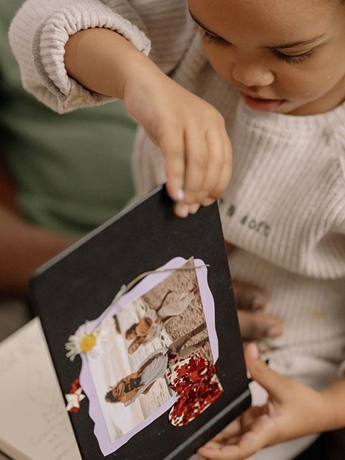 mał dziewczynka otwiera spersonalizowany album ze zdjęciami