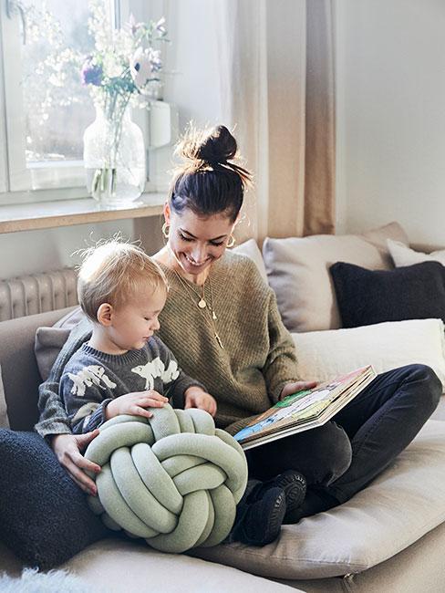 młoda kobieta z synem na kanapie