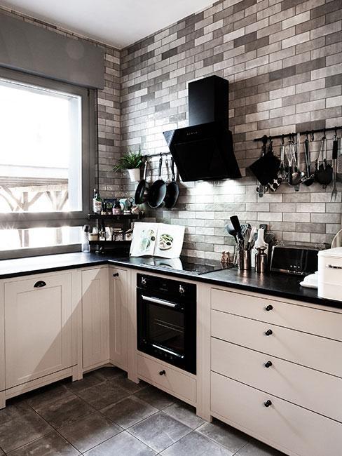 mała kuchnia z szarą cegłą na ścianie