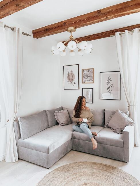 Autorka bloga Must Have Fashion siedząca na sofie w swoim salonie