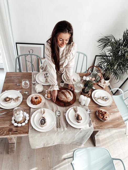 Drewniany stół nakryty na Wielkanoc