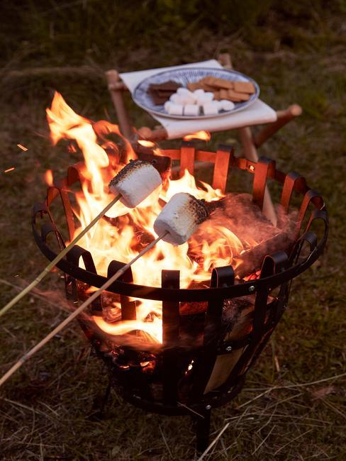 Zbliżenie na ognisko podczas majówki