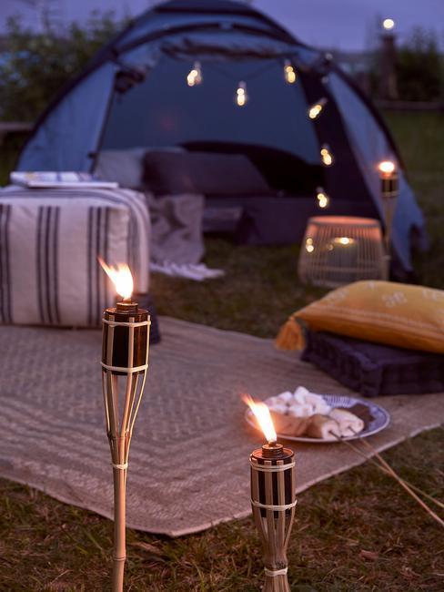 Namiot w świetle pochodni podczas majówki