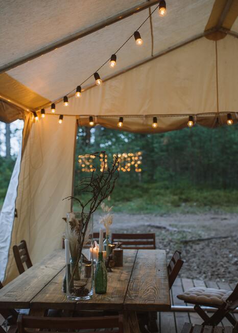 Namiot ze światełkami na majówce