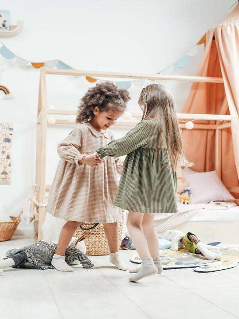 Dziewczynki bawiące się w pokoju