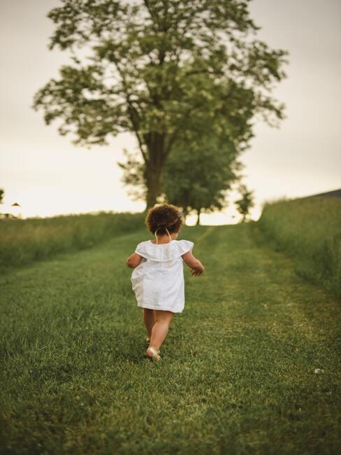 dziewczynka biegnąca po polu