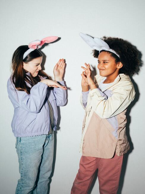 Życzenia na Dzień Dziecka: dziewczynki bawiące się