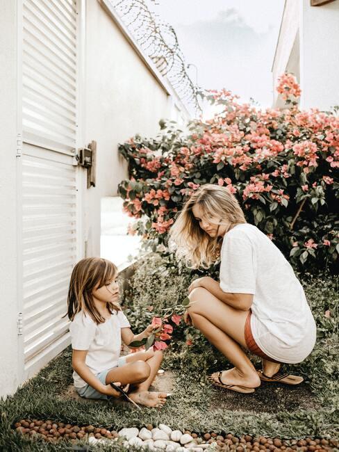 Dziewczynka z mamą w ogrodzie