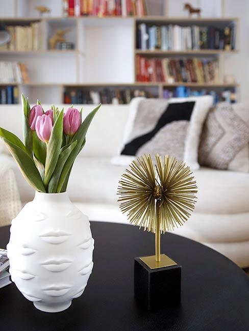Zbliżenie na modernistyczne dekoracje na stole