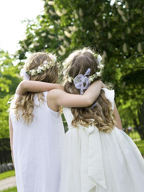 Dwie dziewczynki w strojach komunijnych