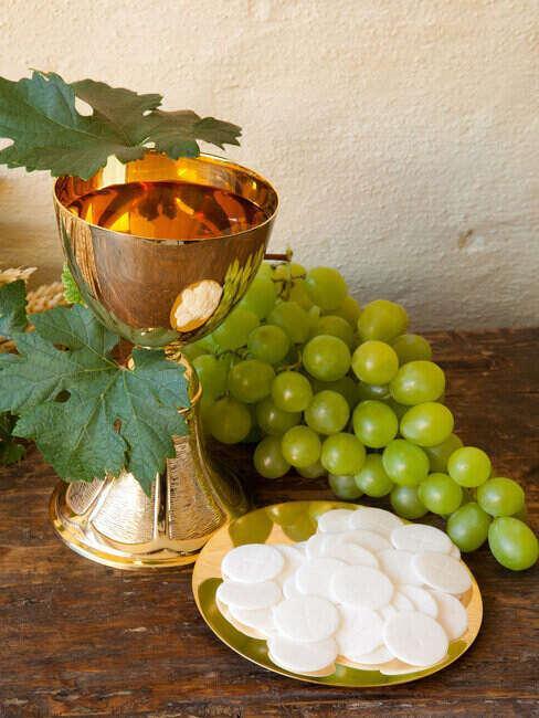 Kielich z winem i opłatek, symbole pierwszej komunii