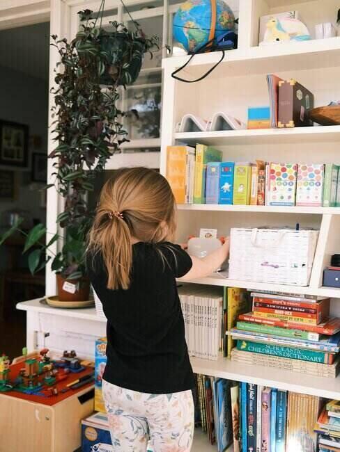 Dziewczynka przy półce z książkami