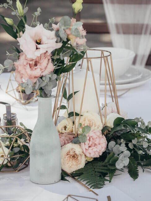 Ozdoby stołu komunijnego - eleganckie, jasne kwiaty