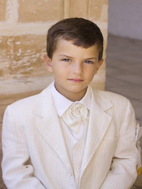 Chłopiec w stroju pierwszokomunijnym