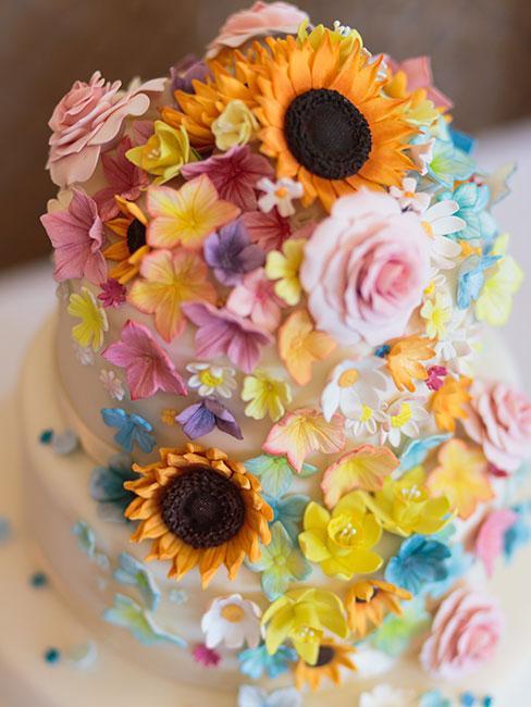 Biały tort w kwiaty