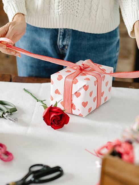 Kobieta pakująca prezent na urodziny mamy