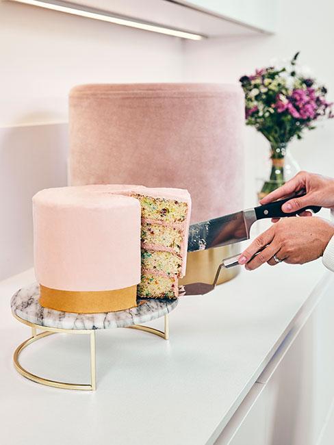Różowy tort w kształcie pufu
