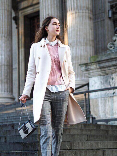 Młoda, elegancko ubrana kobieta