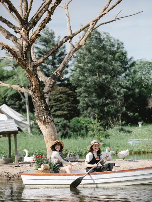 Kobiety pływające łodzią nad jeziorem