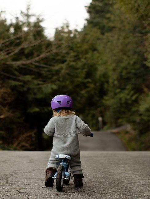 Dziecko na rowerku na tle lasu