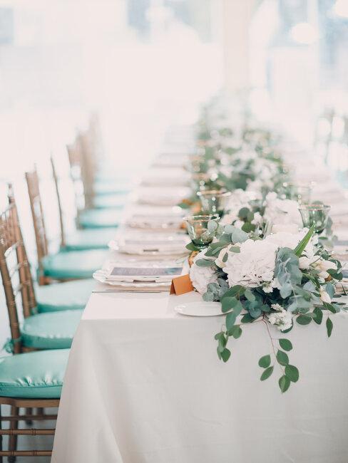 Stół przygotowany na przyjęcie komunijne