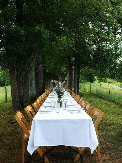 Stół komunijny w ogrodzie, gotowy dla gości