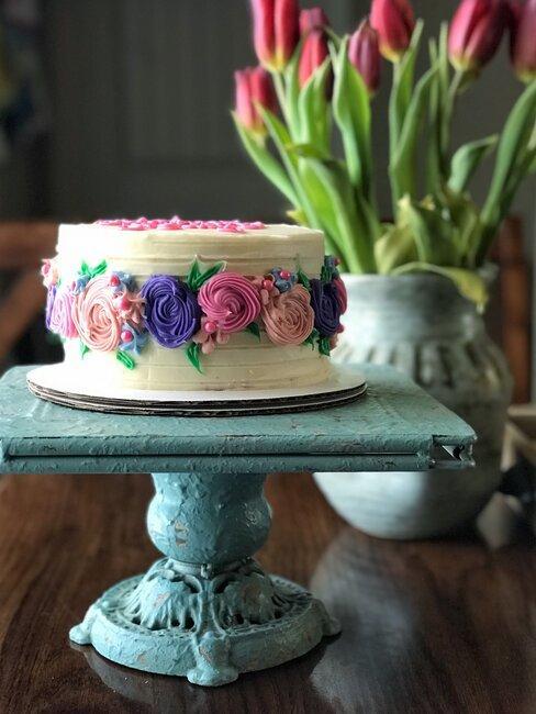 Tort ozdobiony kwiatami