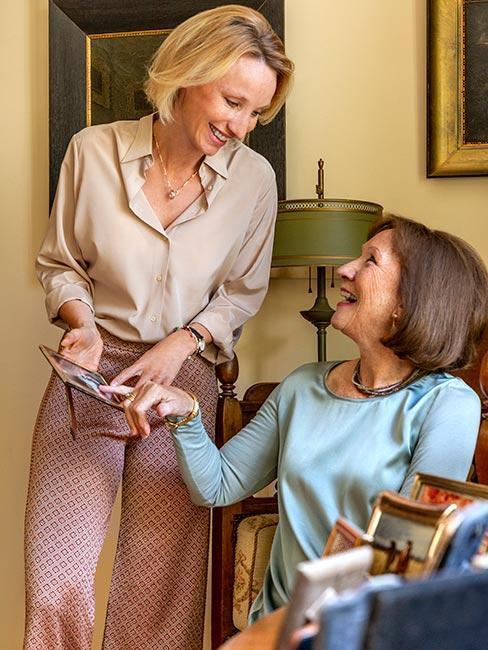 Starsza kobieta z matka rozmawiają o zdjęciu