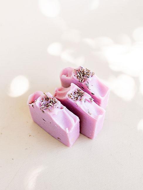 fioletowe mydła DIY jako pomysły na dzień matki