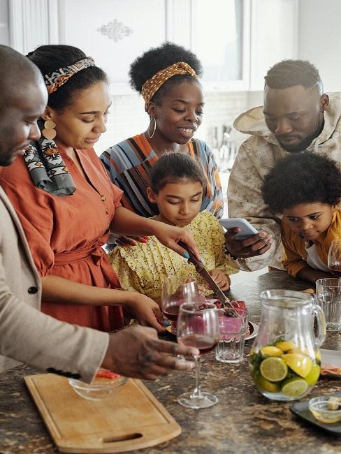 Rodzina przy wyspie w kuchnie